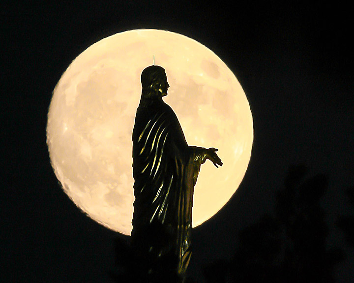 Oct. 5, 2006; Mary statue and moon Photo by Matt Cashore