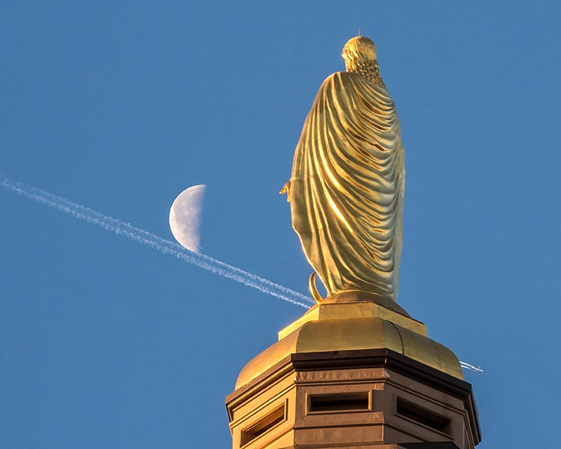 Jan. 13, 2015; A jet contrail passes behind the Mary Statue. (Photo by Matt Cashore/University of Notre Dame)